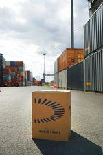 Pappkarton im Containerhafen