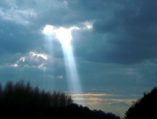 Sonnenstrahl vor dunklem Himmel