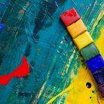 Regenbogenband auf blau-gelbem Untergrund