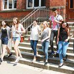 Schülerinnen auf Treppe