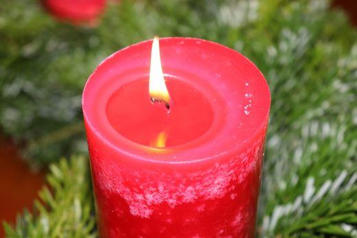 Brennende Kerze auf Adventskranz